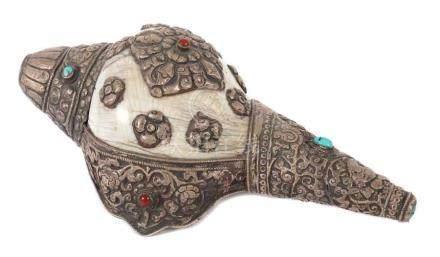 Muschelhorn (sog. Shanka)Tibet, 1. Hälfte 20. Jh., große Schneckenmuschel mit Silberbeschlag, floral