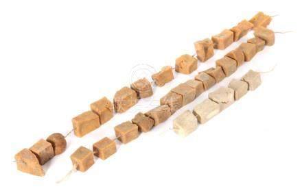 Zahlungsmittelwohl Himalaya-Region, 3 Stränge mit getrockneten Käsewürfeln, gefädelt, L: 14/42 cm.