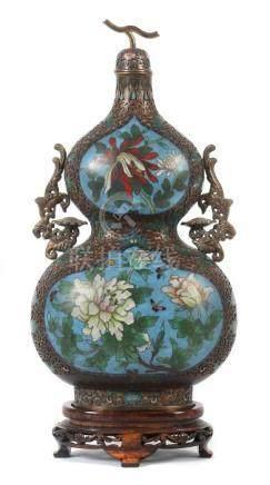 KalebassenvaseChina, 18./19. Jh., Cloisonné/Messing, Vase in Kalebassenform, polychromes Dekor mit