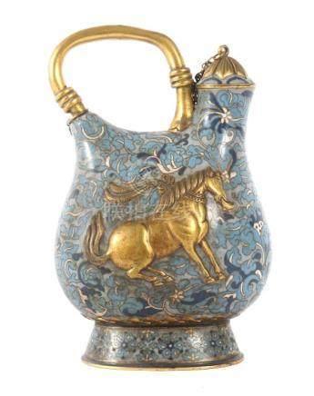 Außergewöhnliche KanneChina, wohl 19. Jh., Cloisonné/Messing, die Form an eine antike