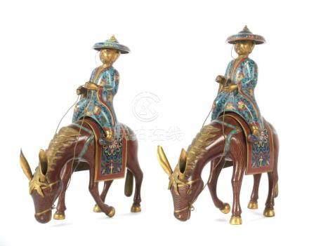 2 Reiter auf MaultierenChina, wohl um 1900, Messing/Cloisonné, mehrteilige Figuren mit plastisch
