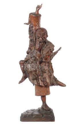 Tanzender LohanChina, um 1900, Holz, vollplastisch geschnitzter Lohan, im Tanz das rechte Bein