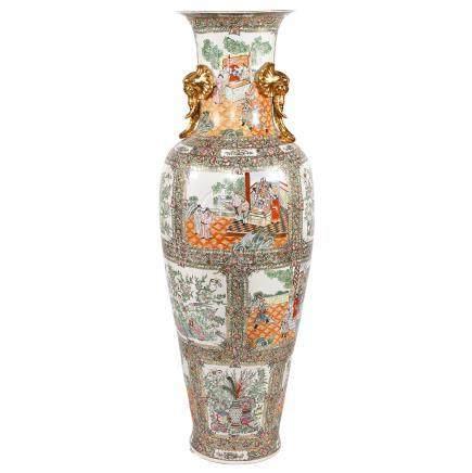 Palastvase im Kanton-Stil,China 20. Jh., Porzellanvase in spektakulärem Format, langgezogene