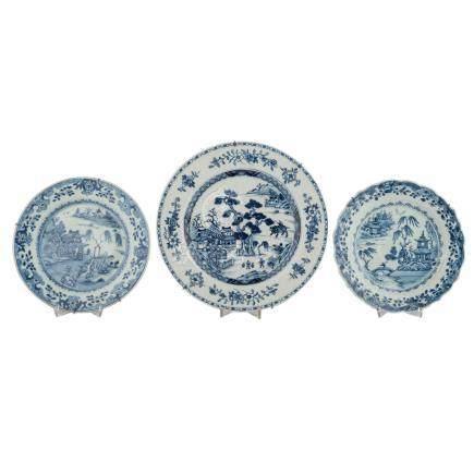 Drei blau-weisse Porzellanteller. CHINA, 19. Jh..Jeweils unterglasurblau bemalt mit Gartenmotiven,