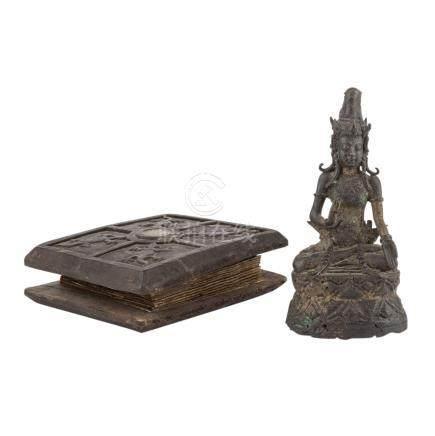 Konvolut: 2 Teile ASIATIKA.Ein Buch mit Holzdeckel, 13x16x5 cm und eine Metallfigur einer