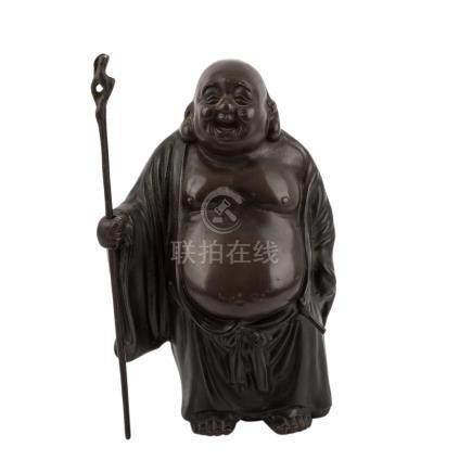 Hotei aus Bronze. JAPAN, 20. Jh..Stehende Laughing Buddha Darstellung mit dickem, nacktem Bauch