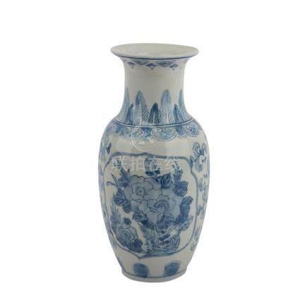 Blau-weisse Vase. CHINA, 20. Jh..Verziert mit unterglasurblauer Blumenmalelerei, H ca. 30 cm.