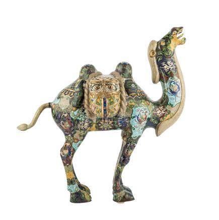 Cloisonné-Kamel. CHINA, um 1860-1900.Stehende Darstellung mit nach oben gerecktem Kopf. Geschmückt