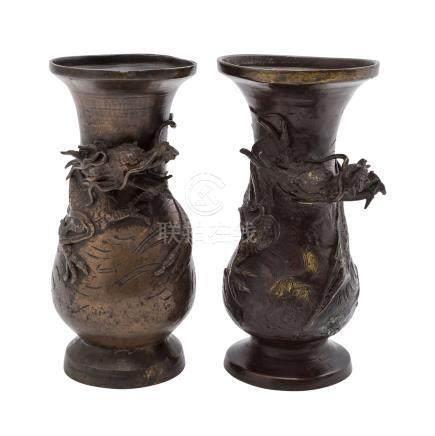Zwei Bronzevasen. CHINA.Jeweils verziert mit einem umlaufenden, halbplastisch ausgearbeiteten