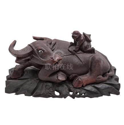 Skulptur eines Wasserbüffels aus Holz. CHINA, um 1900.Liegende Darstellung mit nach hinten geneigtem