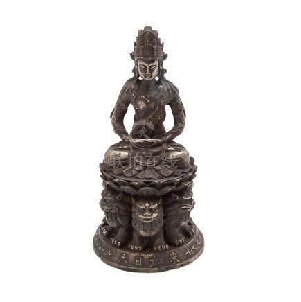 Buddha Statuette aus Metall. CHINA.Dargestellt auf einem hohen Thron im Meditationssitz, H 13 cm.