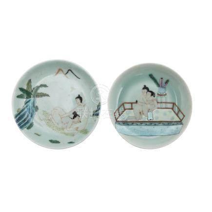 Zwei erotisch bemalte Teller. CHINA, Qing-Dynastie (1644-1912)Unterseitige, unterglasurblaue Marken,