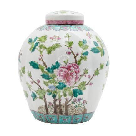 Schultertopf. CHINA, 20. Jh..Verziert mit Famille-Rose-Malerei, H 27 cm.