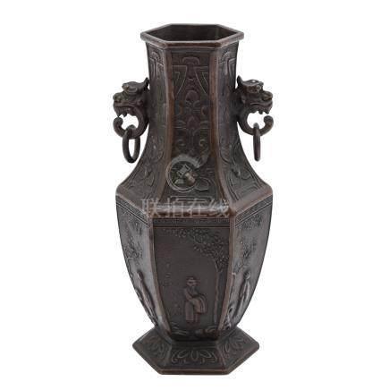 Väschen aus Metall. ASIEN, 20. Jh..Sechskantige Form mit zwei seitlichen Handhaben, mit