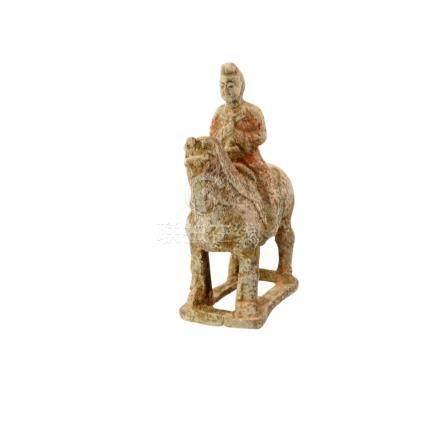 Pferd mit Reiter im Tang-Stil. CHINA, wohl um 1900.H ca. 19,5, besch.