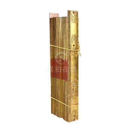 Schönes Palmblattbuch. THAILAND, 20. Jh..Buchdeckel aus Holz, schön verziert mit Gold- und