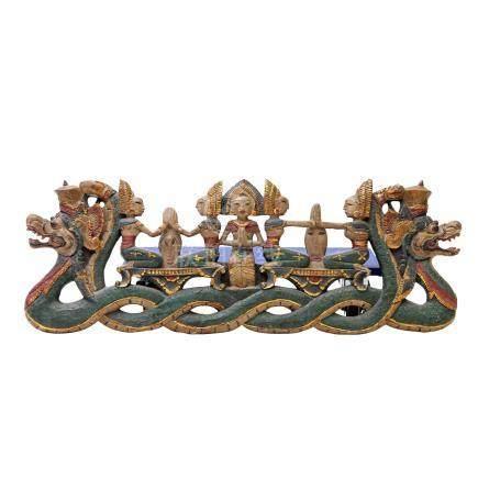 Bekrönungs-Schnitzerei-Paneel. THAILAND, 20. Jh..Durchbrochen beschnitzt mit Figuren und Drachen,