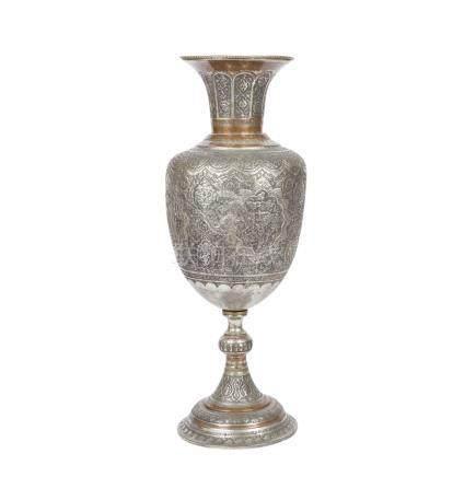 Monumentale Vase aus Metall. PERSIEN, 1. Hälfte 20. Jh..Ornamental und mit figürlichen Szenen in