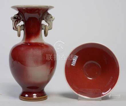 Une vase à deux anses et anneaux et une petite coupe en porcelaine Sang de bœuf