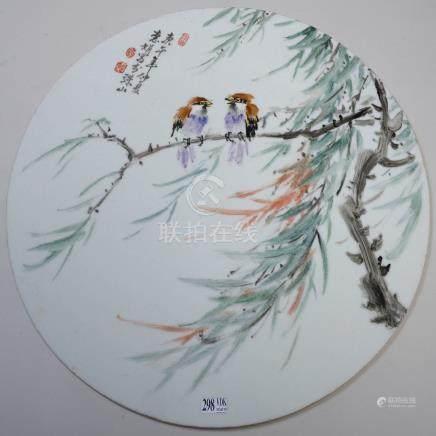 """Grande plaque en porcelaine polychrome de Chine à décor d'""""Oiseaux sur branche"""""""