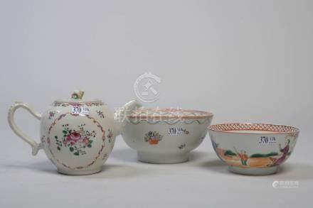 """Une théière et deux bols en porcelaine polychrome de Chine décorés de """"Fleurs"""""""
