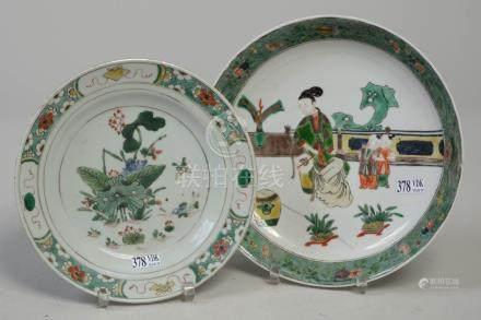 """Une assiette plate et un compotier en porcelaine polychrome de Chine dite """"Fami"""