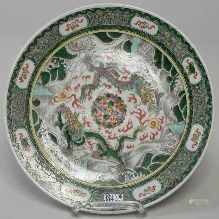 """Plat rond en porcelaine polychrome de Chine dite """"Famille verte"""" à décor de """"Dr"""