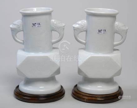 Paire de vases en porcelaine blanc de Chine à panse à pans coupés au décor inci