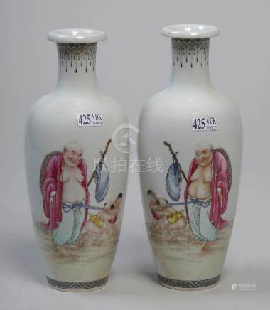 """Paire de vases à col ourlé en porcelaine polychrome de Chine décorés d'un """"Homm"""