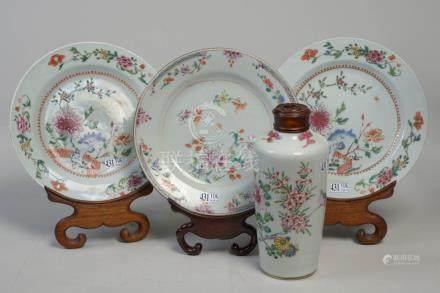 Un vase et trois assiettes en porcelaine polychrome de Chine à décor floral. Ep