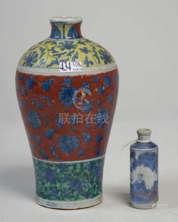 Un vase et un snuff bottle en porcelaine polychrome de Chine à décor floral et