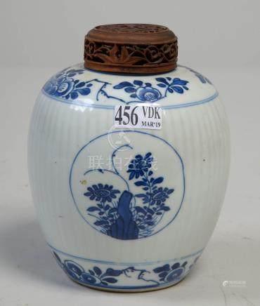 Petit pot à gingembre en porcelaine bleue et blanche de Chine à décor floral. T