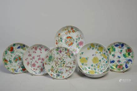 Sept assiettes de modèles différents en porcelaine polychrome de Chine à décor