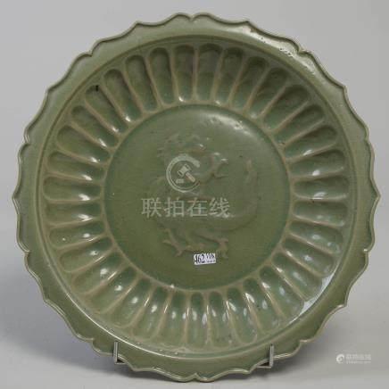 """Grand plat rond chantourné en grès céladon de Chine décoré d'un """"Dragon"""" et de"""