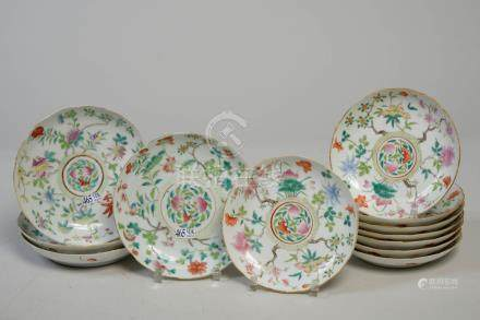 Suite de huit petites et quatre moyennes assiettes chantournées en porcelaine p