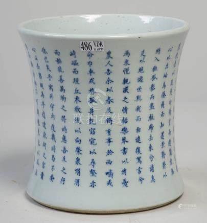"""Grand pot à pinceaux en porcelaine bleue et blanche de Chine décoré de """"Calligr"""