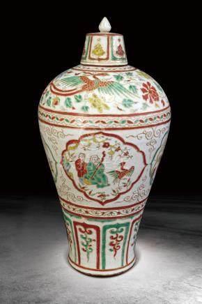 明 红绿彩雕花开光人物纹带盖梅瓶