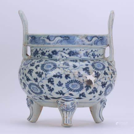 CHINESE PORCELAIN BLUE AND WHITE FLOWER TRIPLE FEET CENSER