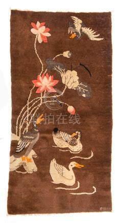 Tapis Baotou de Chine à décor de carnards et fleurs de lotus