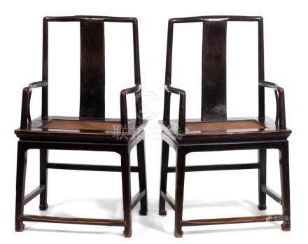 Paire de fauteuils en orme Yumu de Chine.