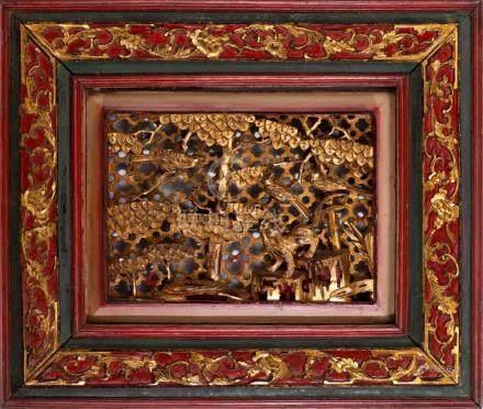 Plaque en bois de Ningbo ajouré et laqué rouge et or