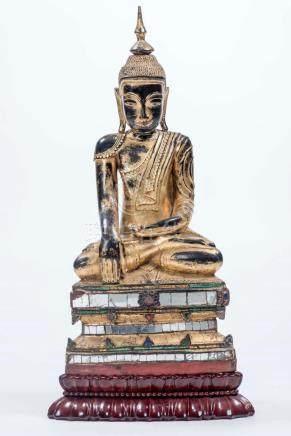 Bouddha birman en bois laqué doré assis en Diana mudra avec