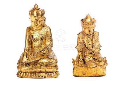 Deux bouddhas en bois laqué doré du Vietnam.