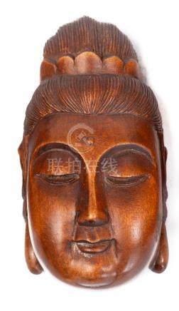 Trois netsuke en bois de buis. Têtes de Bouddha.