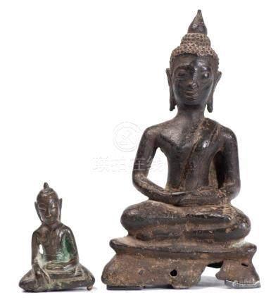 Deux bouddhas en bronze de Thaïlande.