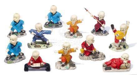 Onze figurines de petits garçons de Chine pratiquant des art