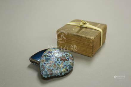 景泰藍花卉桃形蓋盒