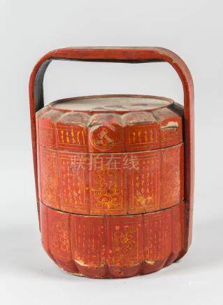 Panier de mariage en bois laqué rouge Chine  H : 36 cm (accidents)