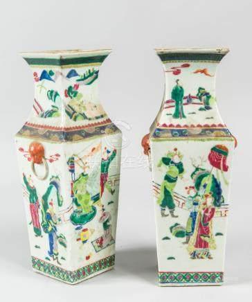 Paire de vases cornets en porcelaine à décor de personnages. Chine, XIXème sièc