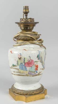 Vase en porcelaine de Chine à décor de frises de lauriers et bronze, monté en l